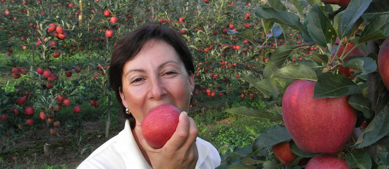 Obstbau Knaller Elisabeth beißt in Apfel